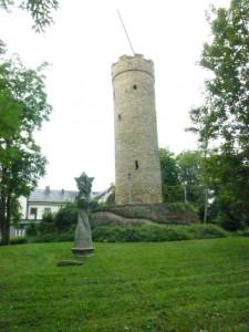 Der Wartberg-Turm mit einer dynamischen Skulptur ála Alanus/Alfter!